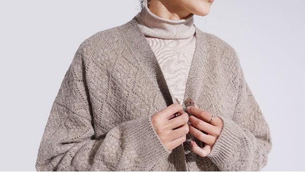 母亲节选什么礼物送给妈妈好?选择羊绒衫厂家定制一件羊绒衫吧