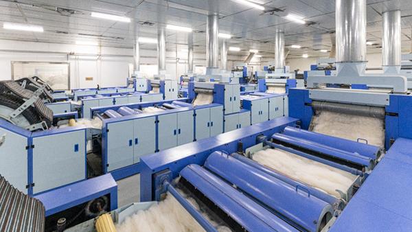 羊绒衫批发加工厂分享羊绒衫批发背后的故事——羊绒原料分梳