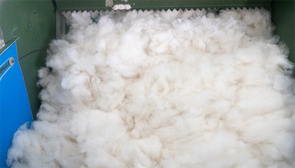 羊绒衫批发加工厂羊绒分梳