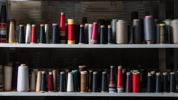 羊绒衫加工厂使用的羊绒纱线是怎么生产出来的?